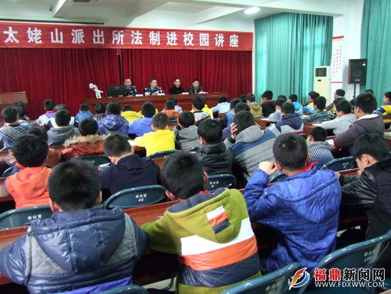 民警为小学生v民警法制教育河南小学外国语图片